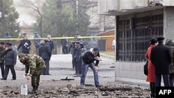 Cảnh sát và nhân viên điều tra Kyrgyzstan tại hiện trường vụ nổ ở trung tâm Bishkek, ngầy 30/11/2010