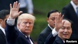 Tổng thống Mỹ Donald Trump và Chủ tịch nước Việt Nam Trần Đại Quang rời cuộc họp báo tại Phủ chủ tịch ở Hà Nội, Việt Nam, ngày 12 tháng 10, 2017.