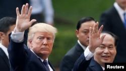 도널드 트럼프 미국 대통령과 쩐 다이 꽝 베트남 국가 주석이 12일 정상회담 뒤 공동 기자회견 자리를 떠나고 있다.