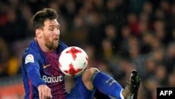 L'attaquant argentin Lionel Messi, de Barcelone, contrôle le ballon lors du match aller du FC Barcelone contre le Celta de Vigo, au Camp Nou, le 11 janvier 2018. / AFP PHOTO / LLUIS GÈNE