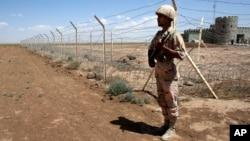 سرباز ایرانی در مرزهای شرقی ایران (عکس از آرشیف)
