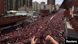 تابوت هوگو چاوز پس از خروج از یک بیمارستان نظامی، روز سه شنبه با یک خودرو در خیابان های کاراکاس حمل شد