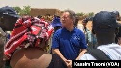 David Beasley, directeur exécutif du PAM, à Koundougou, au Mali, le 20 mai 2018. (VOA/Kassim Traoré)