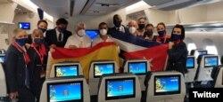 Awak World2Fly berfoto bersama sebelum penerbangan pertama dari Madrid ke LaHabana, 23 September 2021. (Twitter/@World2FlyHelp)