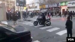 درگیری پلیس با دراویش در تجمع مقابل کلانتری خیابان پاسداران تهران