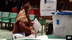 An Iraqi woman dips her finger in ink to show she has cast her ballot -- a measure to prevent double voting, 7 March 2010