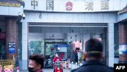 တရုတ္ ျမန္မာနယ္စပ္ ရွမ္းျပည္နယ္ မူဆယ္ၿမိဳ႕ရွိ စစ္ေဆးေရးဂိတ္ ျမင္ကြင္း။ (ဇန္န၀ါရီ ၃၁၊ ၂၀၂၀)