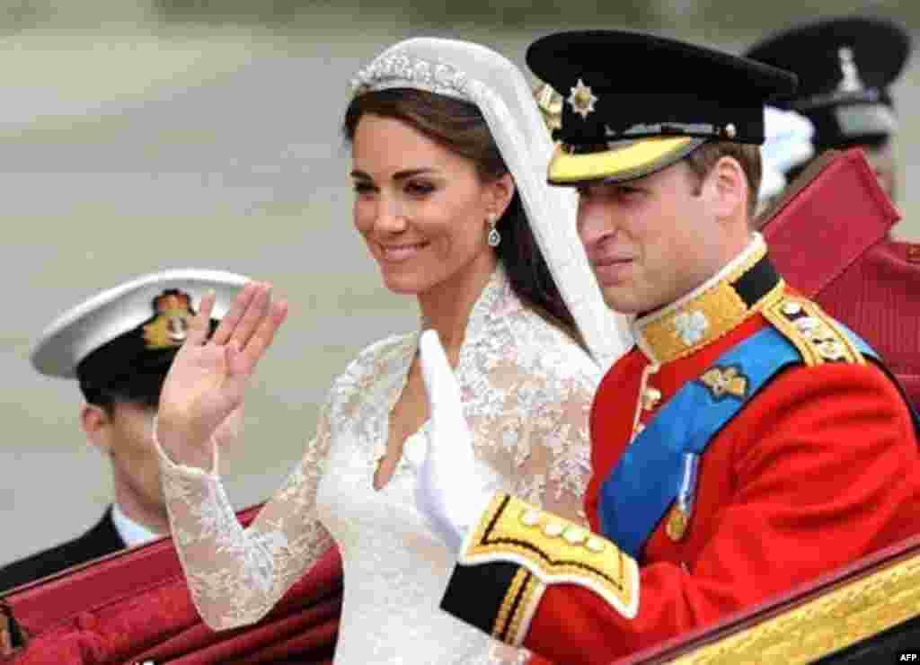 Принц Уильям с супругой Кэтрин, герцогиней Кэмбриджской, на пути к Бэкингемскому дворцу