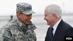 El general Petraeus y el secretario de Defensa, Robert Gates, durante su encuentro en Afganistán.