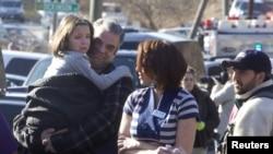 2012年12月14日,康州小学枪击惨案发生后,父母们在校园外把孩子接走。