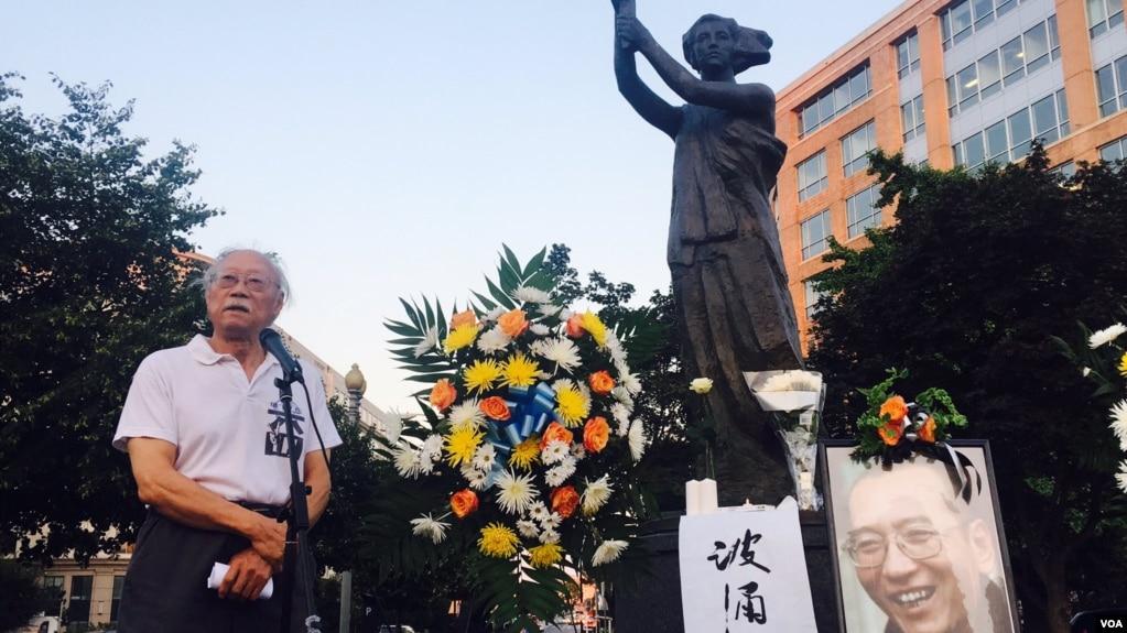 美國首都華盛頓100多名華人聚集在共產主義受難者紀念碑下悼念劉曉波,圖為流亡作家鄭義發言。 (美國之音蕭雨拍攝)