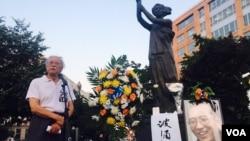 美国首都华盛顿100多名华人聚集在共产主义受难者纪念碑下悼念刘晓波,图为流亡作家郑义发言。(美国之音萧雨拍摄)