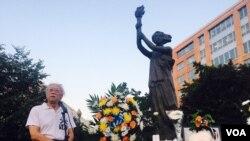 美國首都華盛頓100多名華人聚集在共產主義受難者紀念碑下悼念劉曉波,圖為流亡作家鄭義發言。(美國之音蕭雨拍攝)