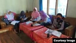 Kegiatan belajar para siswa SD Negeri 1 Ngadirojo, Gladasari, Boyolali menyimak pelajaran dari guru lewat handy-talkie (HT) (foto: courtesy).