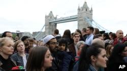5일 영국 런던 브리지에서 최근 발생한 테러 희생자들을 추모하는 행사가 열렸다.
