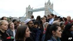 Dân chúng Anh tham dự lễ tưởng niệm nạn nhân cuộc tấn công khủng bố tại Cầu London, Chợ Borough, tại Công viên Potters Field, London, ngày 5/6/2017.