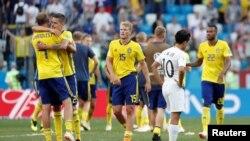 بازیکنان تیم سویدن پیروزی شان را در برابر کوریای جنوبی جنش می گیرند.