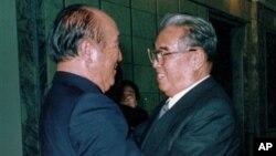 지난 1991년 북한 김일성 주석(오른쪽)과 만났던 통일교 창시자 문선명 총재. 문 총재는 3일 새벽 노환으로 타계했다.