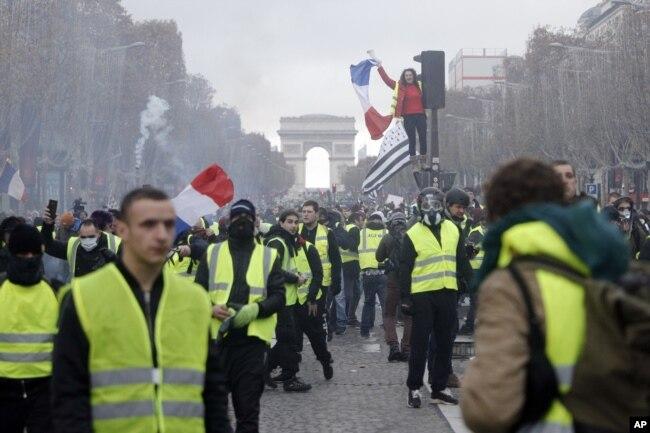 """Las protestas de los """"chalecos amarillos"""" en Francia reclamaron por el alza de lo precios del combustible y la carestía de la vida en el país europeo."""