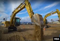 미국 라스베이거스의 공터에 위치한 '딕디스(Dig this)'에서 관광객들이 굴착기를 작동하고 있다.
