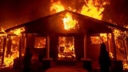 Hơn 11.000 căn nhà bị thiêu rụi trong vụ cháy Camp Fire ở bắc California (AP Photo/Noah Berger)