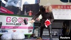 """Jody Watkins menghancurkan komputer lamanya pada acara """"Good Riddance Day"""" di Times Square, New York, 28 December 2013. (Foto: dok)."""