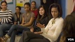 Además de su estilo, la primera dama llama la atención por estar activa en una variedad de cauas, como la salud de las mujeres.
