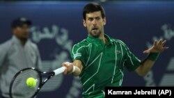 Novak Đoković u duelu sa Rusom Karenom Kačanovom u četvrtfinalu turnira u Dubaiju (Foto: AP/Kamran Jebreili)