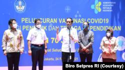 Presiden Jokowi saat acara vaksinasi salah satu tenaga pendidik yang bertempat di SMAN 70 Jakarta. (Foto: Courtesy/Biro Setpres)