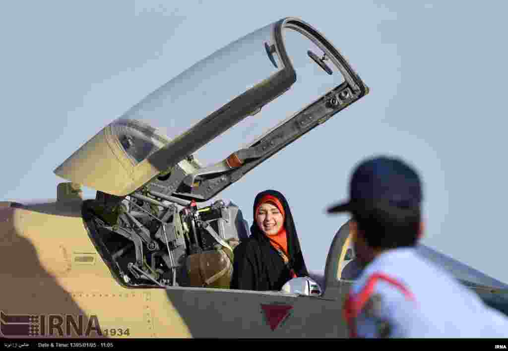 """این هم یک زن در دزفول که در حاشیه """"نمایشگاه چهارم شکاری شهید وحدتی"""" و نمایش هوایی، فرصت را مغتنم شمرده و جای خلبان نشسته است. عکس: مهدی رشنو، ایرنا"""