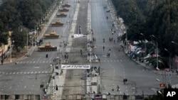 مصر میں گزشتہ برس ہونے والی فوجی بغاوت کے بعد کا ایک منظر جس میں قاہرہ کے صدارتی محل کے باہر ٹینک تعینات ہیں۔
