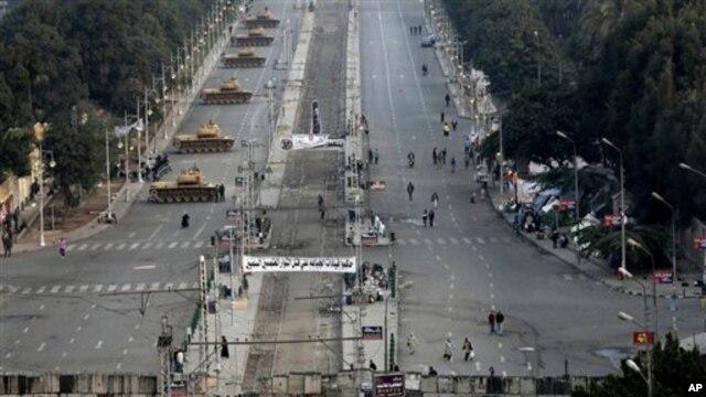 Tank-tank dikerahkan di depan istana presiden di Kairo setelah kelompok- kelompok masyarakat madani mendesak pemungutan suara putaran pertama diulang karena adanya dugaan kecurangan. (AP/Hassan Ammar).