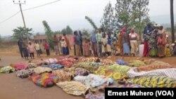La communauté burundaise éprouvée a exposé ses morts sur la grande route non loin d'une base de la Mission des Nations unies au Congo (Monusco), Kamanyola, Sud-Kivu, 16 septembre 2017. (VOA/Ernest Muhero)