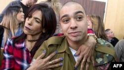 Tentara Israel, Elor Azaria (kanan), dipeluk oleh ibunya, Oshra pada pengadilan militer di Tel Aviv (foto: dok).