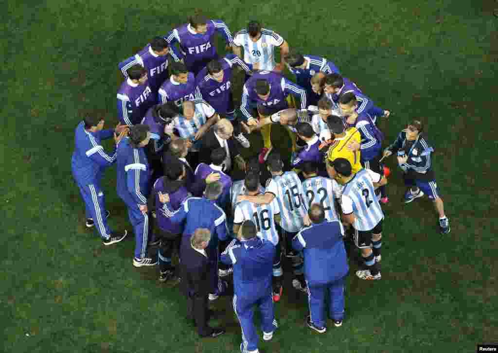 ارجنٹینا کے کوچ الیجانڈو سابیلا کھلاڑیوں سے بات کرتے ہوئے