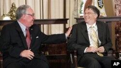 巴菲特(左)与盖茨去年10月24日在华盛顿
