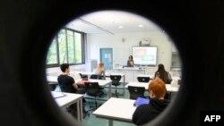 جرمنی میں ٹیچر کیمسٹری کی کلاس پڑھا رہی ہیں۔ طالب علم ایک دوسرے سے 6 فٹ کے فاصلے پر بیٹھے ہیں۔ جرمنی میں سکول 4 مئی سے کھل گئے ہیں۔