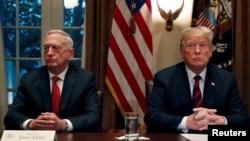 ABŞ prezident Donald Tramp Ağ Evdə müdafiə naziri Cim Mattis də daxil olmaqla hərbi liderlərlə görüşür, 23 oktyabr, 2018.