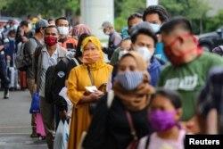Penumpang yang memakai masker pelindung mengantre untuk uji antigen cepat di Bandara Soekarno Hatta, Tangerang, 22 Desember 2020. (Foto: Antara/Fauzan via Reuters)