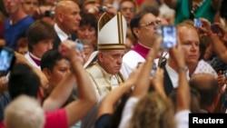 Paus Fransiskus tiba untuk memimpin misa di Basilika Santo Petrus di Vatikan (1/9). (Reuters/Tony Gentile)