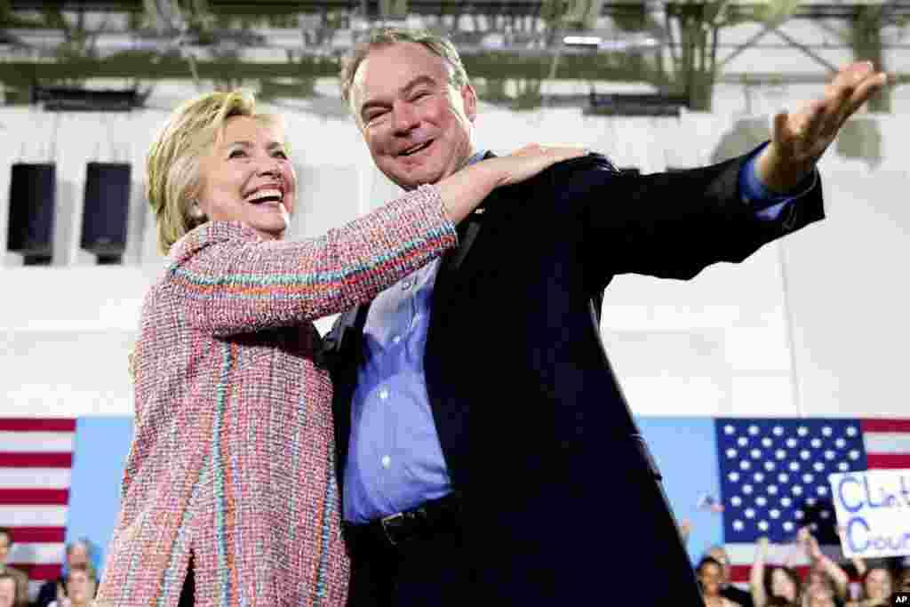 នៅក្នុងរូបឯកសារកាលពីថ្ងៃទី១៤ ខែកក្កដា ឆ្នាំ២០១៦ បង្ហាញពីបេក្ខជនប្រធានាធិបតីគណបក្សប្រជាធិបតេយ្យលោកស្រី Hillary Clinton អមដំណើរដោយសមាជិកព្រឹទ្ធសភាលោក Tim Kaine ធ្វើការថ្លែងទៅកាន់ក្រុមអ្នកគាំទ្រនៅមហាវិទ្យាសហគមន៍ Northern Virginia Community College ក្នុងក្រុង Annandale រដ្ឋ Virginia។