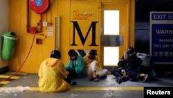 香港理工大學的幾名抗議者在地下停車場。 (2019年11月20日)