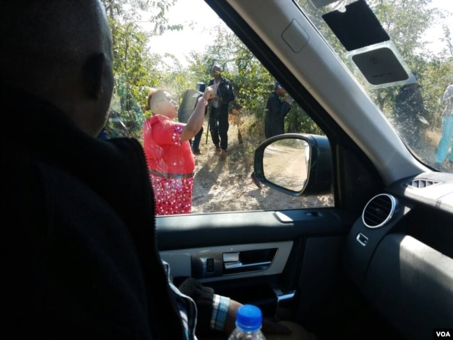 Thokozane Khupe ... Face to face with the police ...