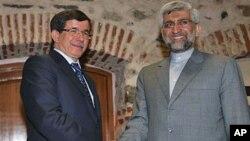 Ngoại trưởng Thổ Nhĩ Kỳ Ahmet Davutoglu (trái) và trưởng đoàn đàm phán hạt nhân của Iran Saeed Jalili đến dự hội nghị