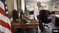 헤이글 장관이 지난 18일 집무실에서 말레이시아 국방장관과 전화 통화하는 모습 (자료사진) 미 국방부 제공