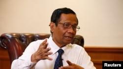 Menteri Koordinator Politk, Hukum, dan Keamanan Mohammad Mahfud MD dalam sebuah wawancara di Jakarta, 26 Desember 2019. (Foto: Reuters)