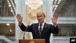 Путін спілкується з пресою у Мінську.