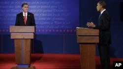 罗姆尼(左)和奥巴马(右)在首场辩论