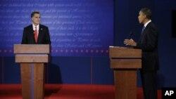 Tổng thống Obama (phải), ứng cử viên Đảng Dân Chủ và cựu Thống đốc bang Massachusetts Mitt Romney, ứng cử viên đảng Cộng hòa trong cuộc tranh luận lần thứ nhất, tại Đại học Denver