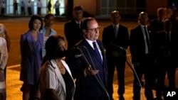 法國總統奧朗德星期日晚抵達古巴,在哈瓦那何塞馬蒂國際機場對記者發表講話。